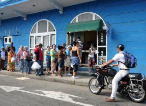 Havana - queue for eggs - Cuba