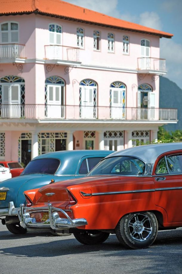 Vinales - American Cars outside Los Jasmines 2 - Cuba